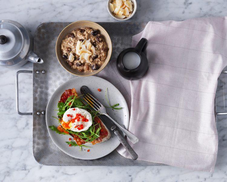 fotograf-jedla-Breakfast-egg-on-toast-bacon-poridge-almond-flakes-ocado-life-daylight