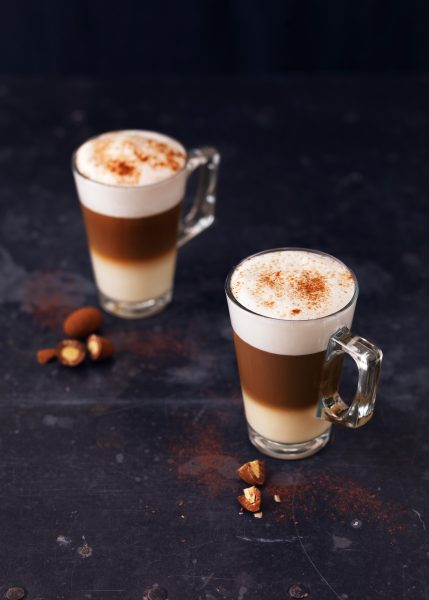 almond-latte-three-colour-foam-cinnamon on dark background three layers fotograf drinkov london bratislava photographer