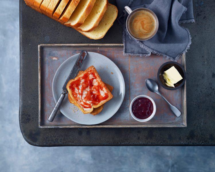 brioche-with-jam-butter-coffee-daylight-fotograf-jedla-