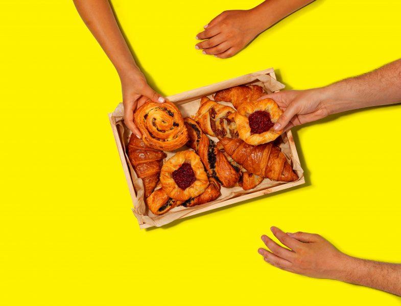 hands-grabbing-pastry-city-pantry-advert-fotograf-jedla
