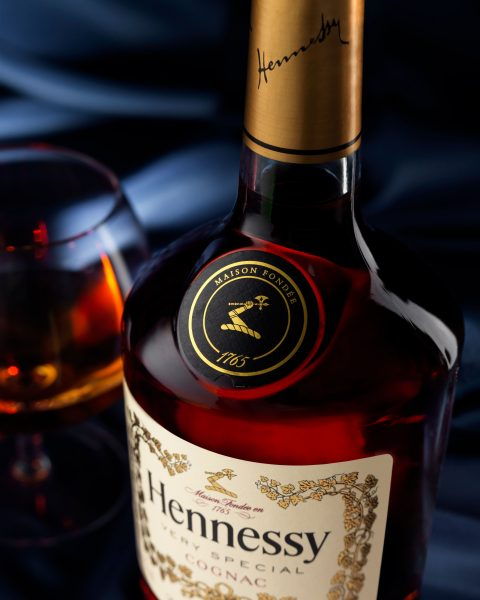 henessy_very-special-cognac-glass-pour-detail fotograf drinkov drink photographer silk background profoto hasselblad london bratislava